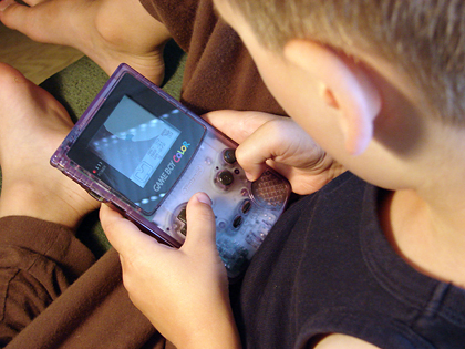 pojke spelar game boy