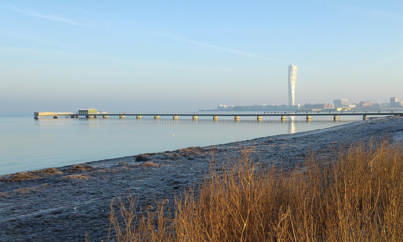 Turning Torso sett från stranden i Malmö