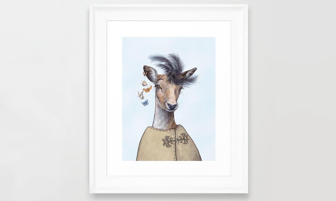 Digitalt tryckt tavla med handtecknad kronhjort med fjärilsörhänge och moderiktig fjäderhatt