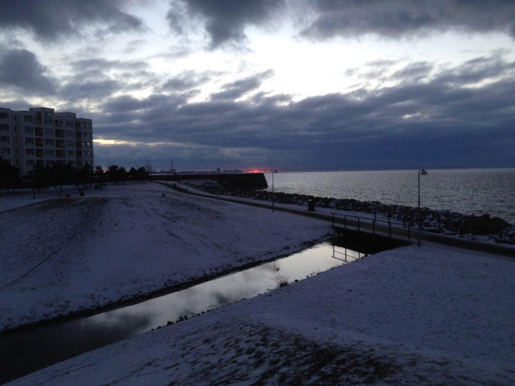 solnedgång över Västra hamnen en vinterdag med snö