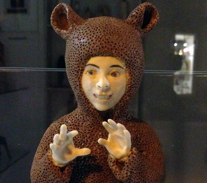 Konstverk med utklädd liten figur