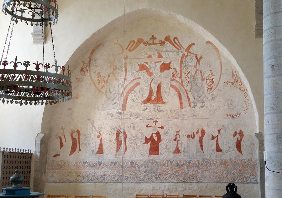 Målad vägg i Lau kyrka med Jesu korsfästelse i mitten