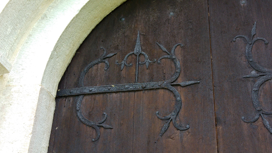 Dekorationer på kyrkans dörr i Lau