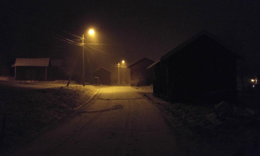 Snöig byväg en vinternatt i Sverige