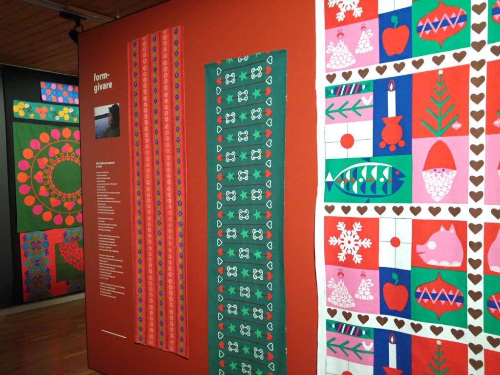 Foto från utställning på Malmö Museer med tryckta juldukar och bonader