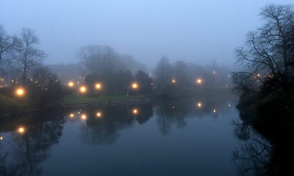 Regn och dimma över kanalen i Slottsparken Malmö