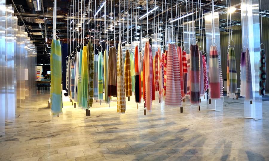 Japanen Keiji Otanis vackert färgade sjalar på design och inredningsmässan Formex aug 2018