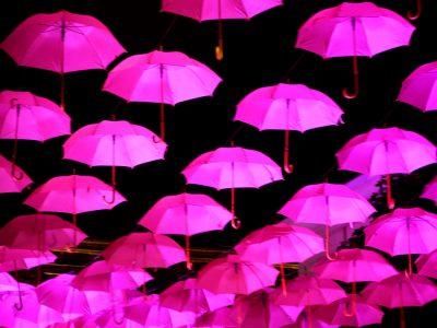 Rosa paraplyer i natten ljusinstallation Malmö ljusfestival