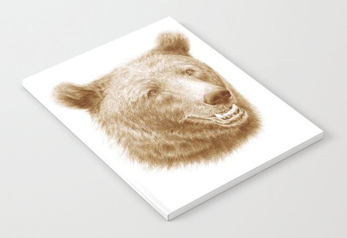 Anteckningsbok med tecknad brunbjörn på omslaget